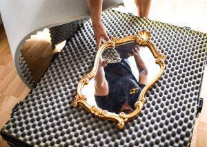 Auch wertvoller Gegenstände wie zum Beispiel ein edler Spiegel, ist beim Umzug mit uns versichert.